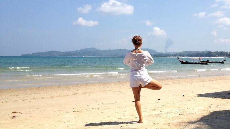 海でヨガを楽しむ女性