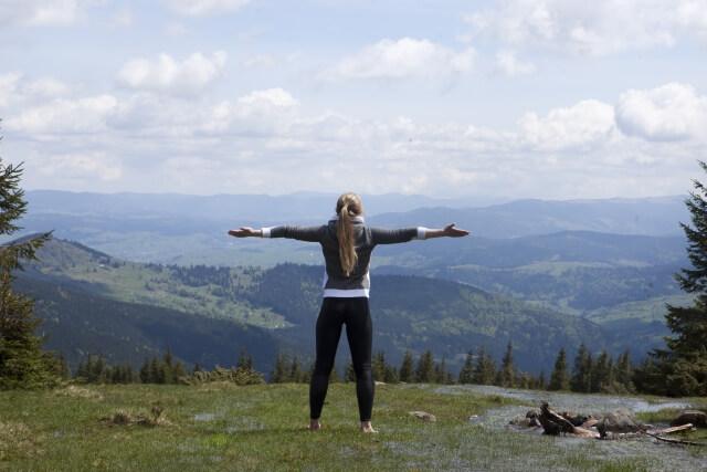 山でヨガをする女性