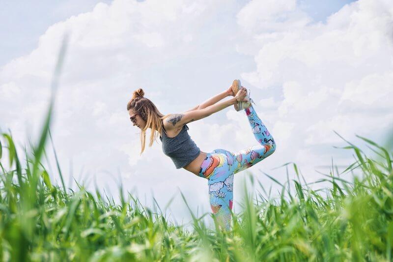 草原でヨガを楽しむ女性